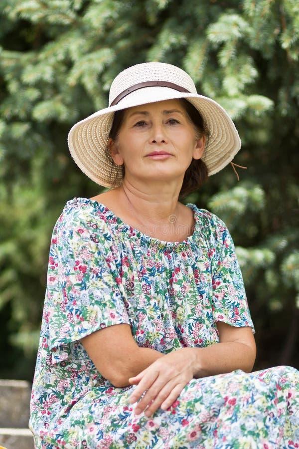 Retrato de una mujer en un sombrero de paja imagen de archivo