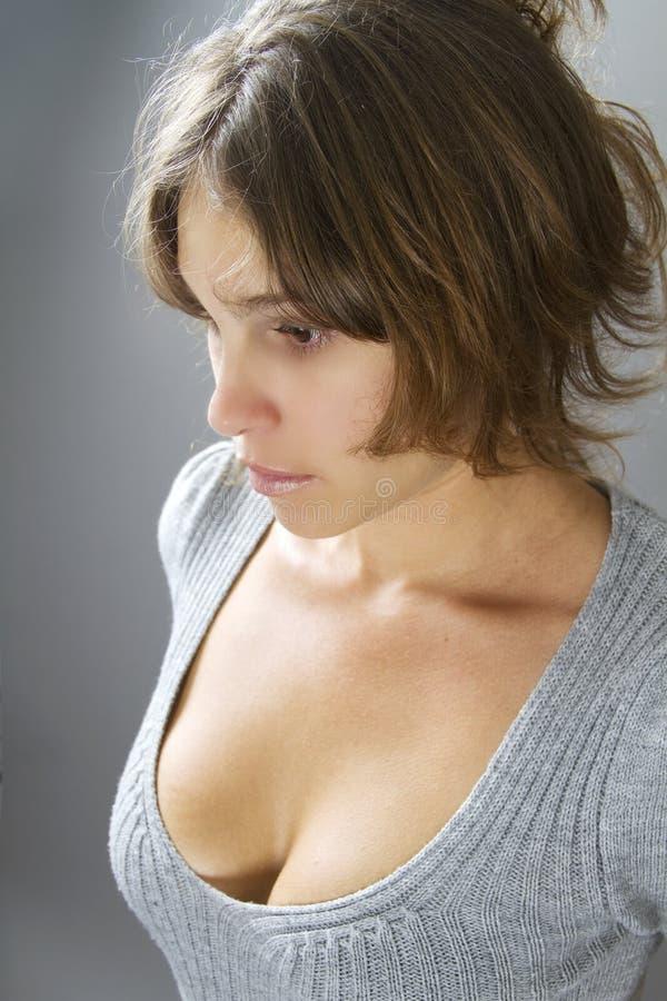 Retrato de una mujer en una alineada hecha punto gris imágenes de archivo libres de regalías