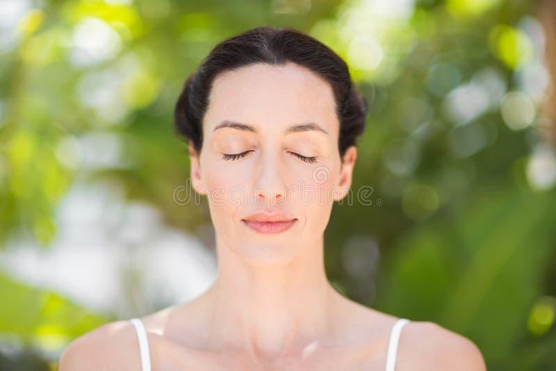 Retrato de una mujer en una posición de la meditación imagen de archivo