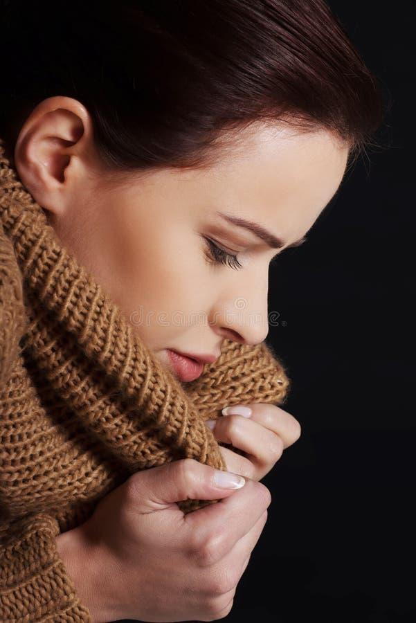 Retrato de una mujer envuelta en bufanda caliente fotos de archivo