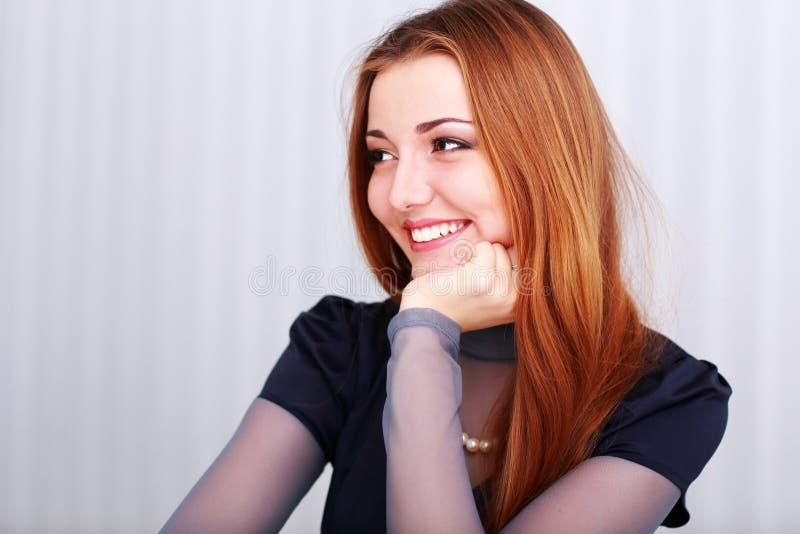 Retrato de una mujer feliz del beautigul joven que parece derecha fotografía de archivo