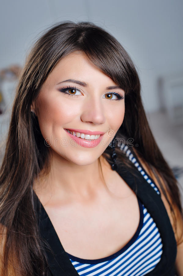 Retrato de una mujer feliz hermosa con una sonrisa en su cara fotografía de archivo libre de regalías