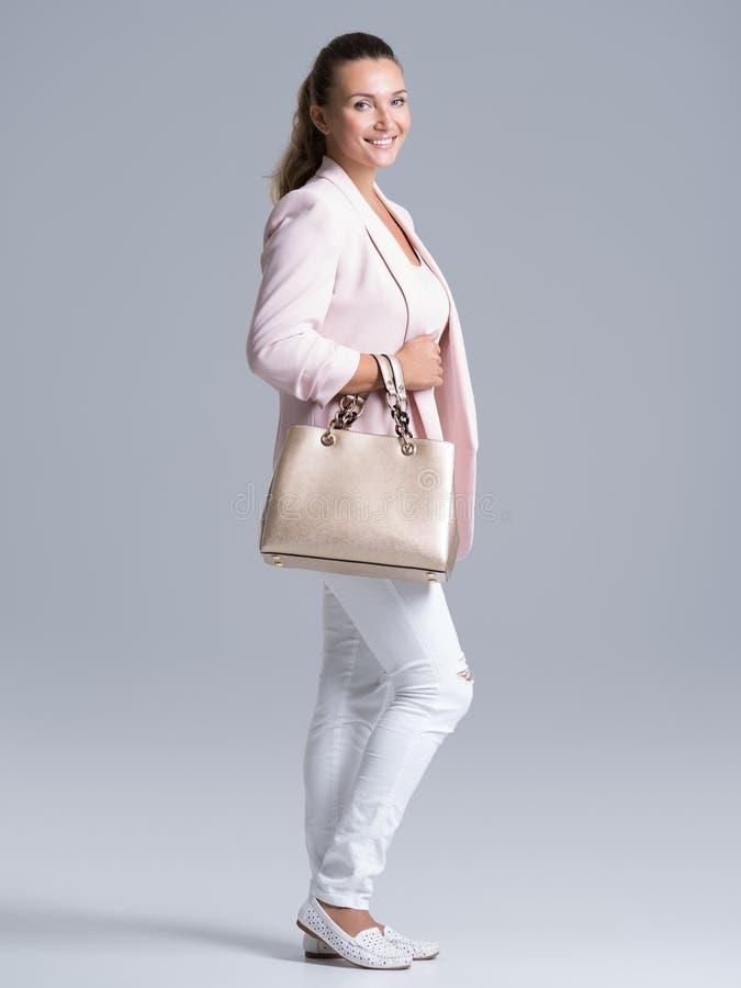 Retrato de una mujer feliz joven con el bolso fotos de archivo