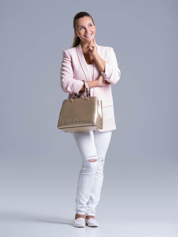 Retrato de una mujer feliz joven con el bolso fotografía de archivo