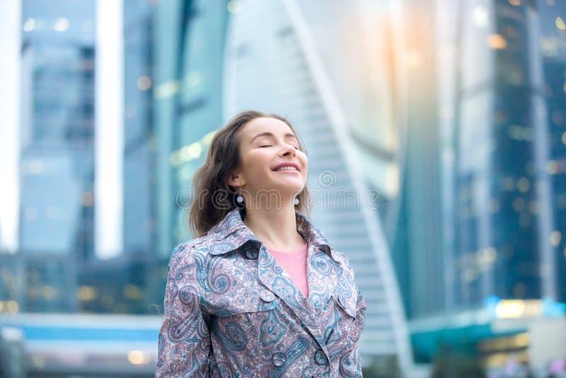 Retrato de una mujer feliz joven en la calle de la ciudad foto de archivo libre de regalías