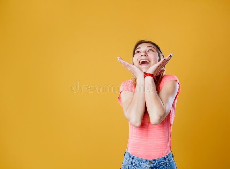 Retrato de una mujer feliz joven hermosa que mira para arriba en balneario de la copia foto de archivo