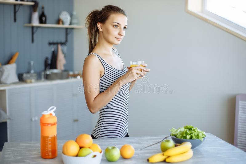 Retrato de una mujer feliz que come un bocado sano de la fruta y verdura fresca Dieta y nutrición apropiada fotografía de archivo libre de regalías