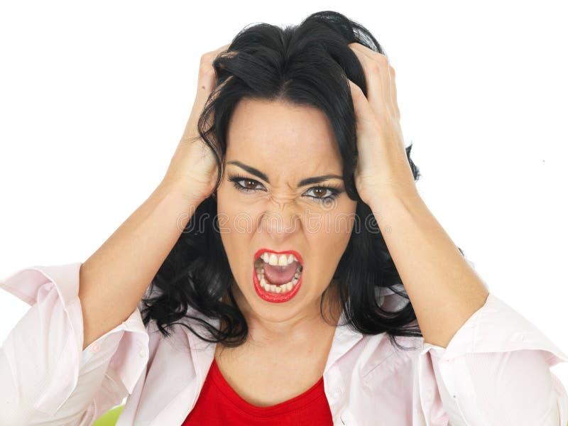 Retrato de una mujer frustrada enojada joven que grita en un ultraje fotografía de archivo