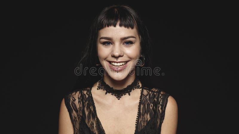 Retrato de una mujer gótica sonriente imagenes de archivo