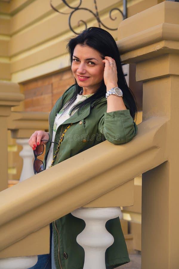 Retrato de una mujer hermosa cerca de la casa fotos de archivo libres de regalías