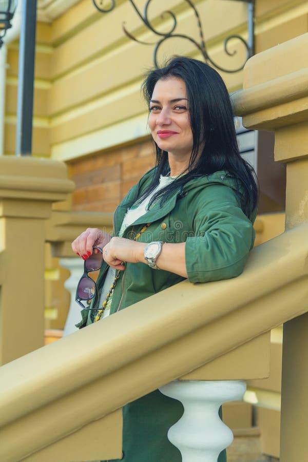 Retrato de una mujer hermosa cerca de la casa foto de archivo libre de regalías