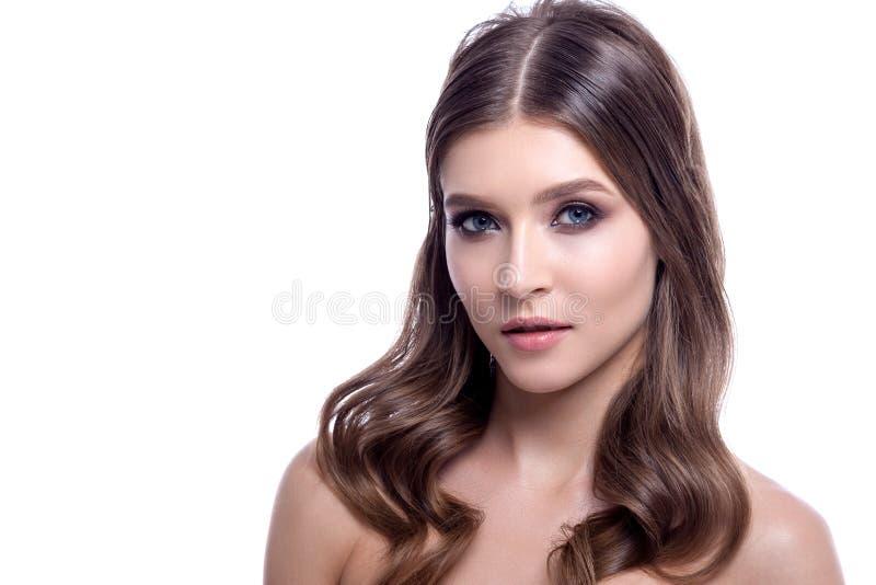 Download Retrato De Una Mujer Hermosa Con El Pelo Creativo Y El Maquillaje Foto de archivo - Imagen de muchacha, persona: 100527872