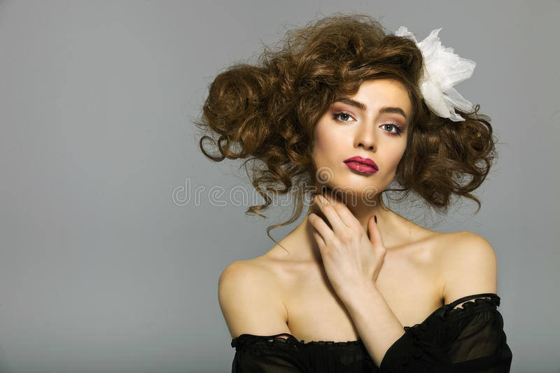 Retrato de una mujer hermosa con el pelo marrón largo y el maquillaje imagenes de archivo