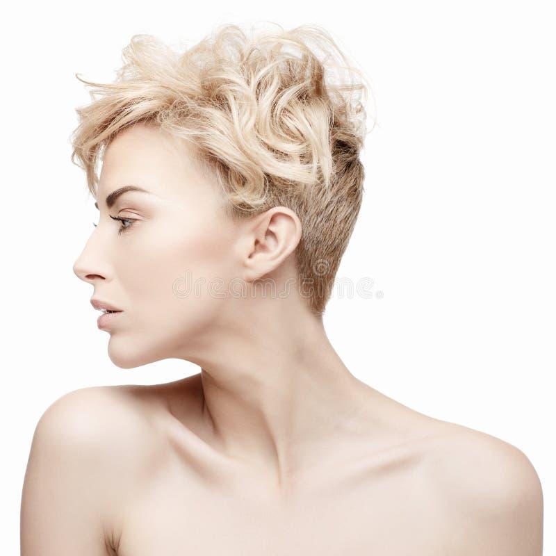 Retrato de una mujer hermosa con la piel limpia imagenes de archivo