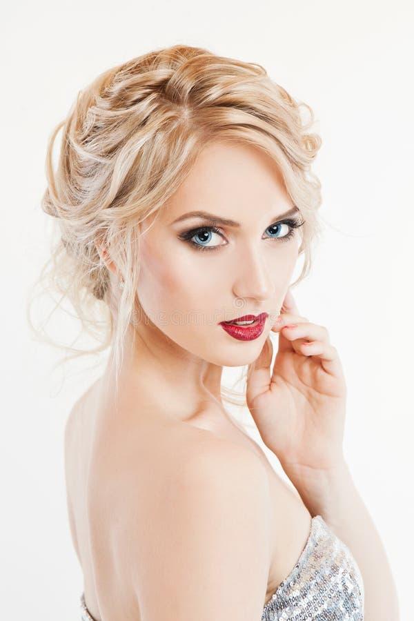 Retrato de una mujer hermosa con maquillaje brillante fotografía de archivo