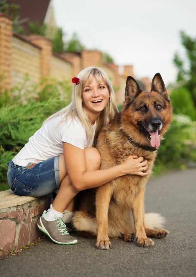 Retrato de una mujer hermosa con su perro fotografía de archivo