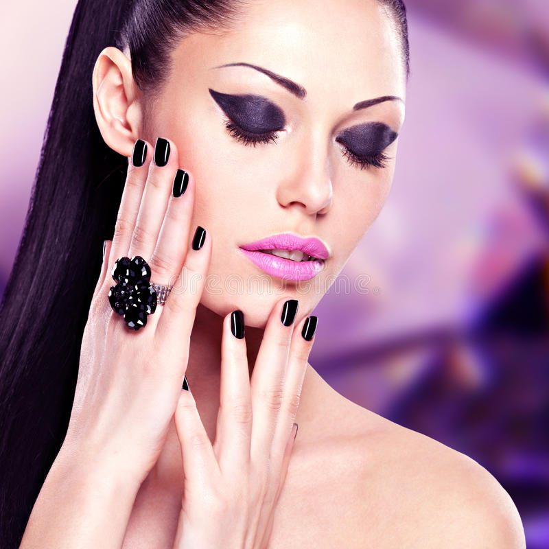 Retrato de una mujer hermosa de la moda con maquillaje brillante foto de archivo