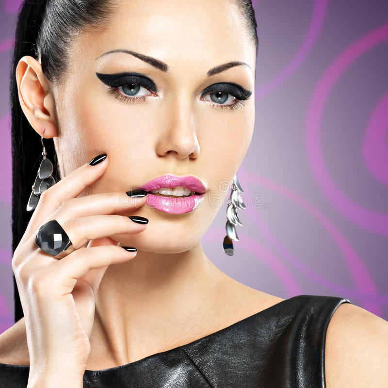 Retrato de una mujer hermosa de la moda con maquillaje brillante imagen de archivo libre de regalías