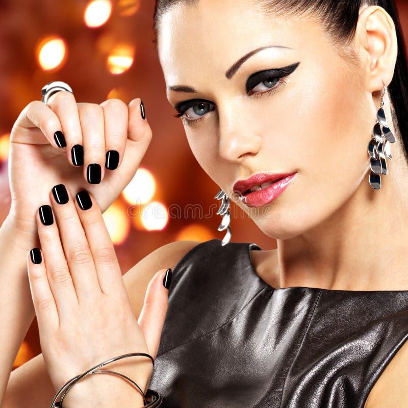 Retrato de una mujer hermosa de la moda con maquillaje brillante fotografía de archivo