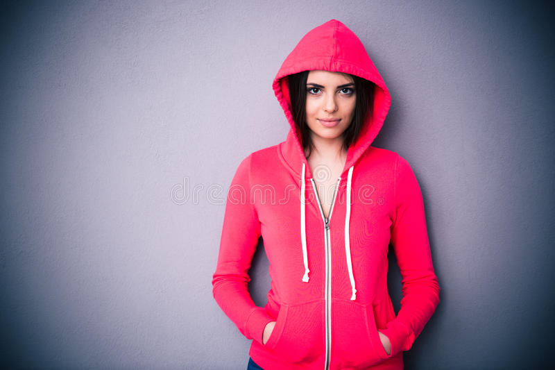 Retrato de una mujer hermosa en chaqueta roja con la capilla foto de archivo libre de regalías