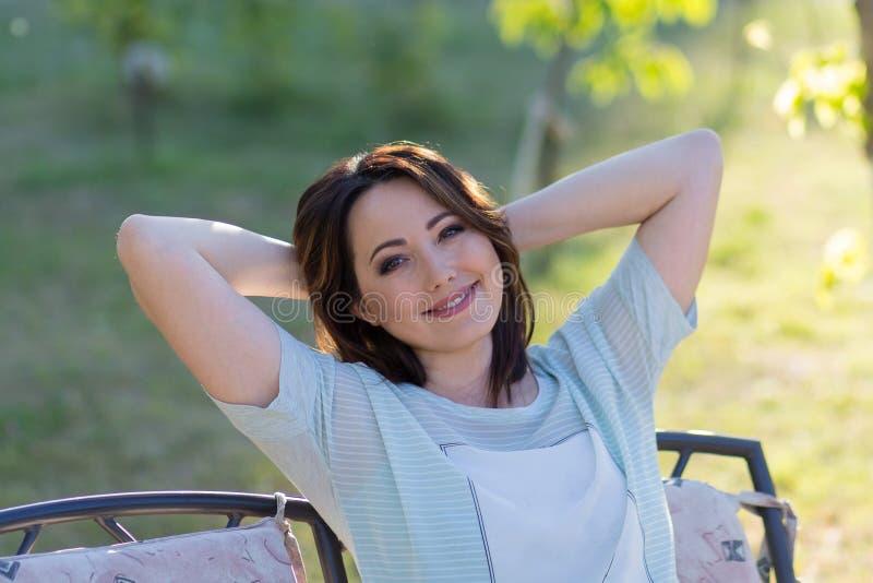 Retrato de una mujer hermosa en el jardín imagen de archivo libre de regalías