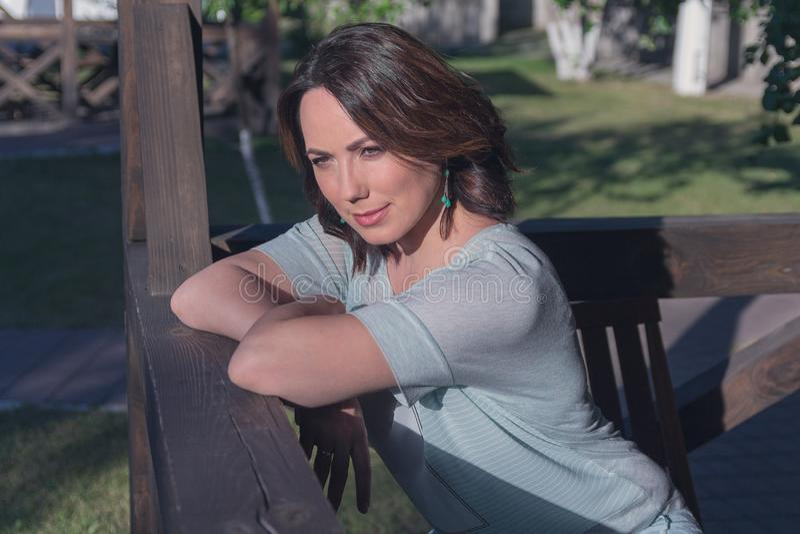 Retrato de una mujer hermosa en el jardín foto de archivo libre de regalías