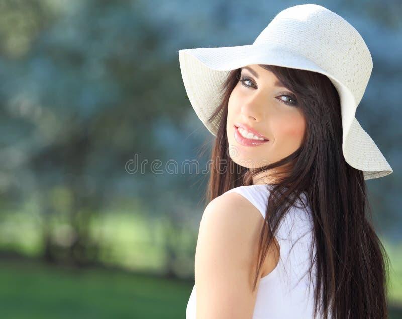 Retrato de una mujer hermosa en parque del verano. fotos de archivo