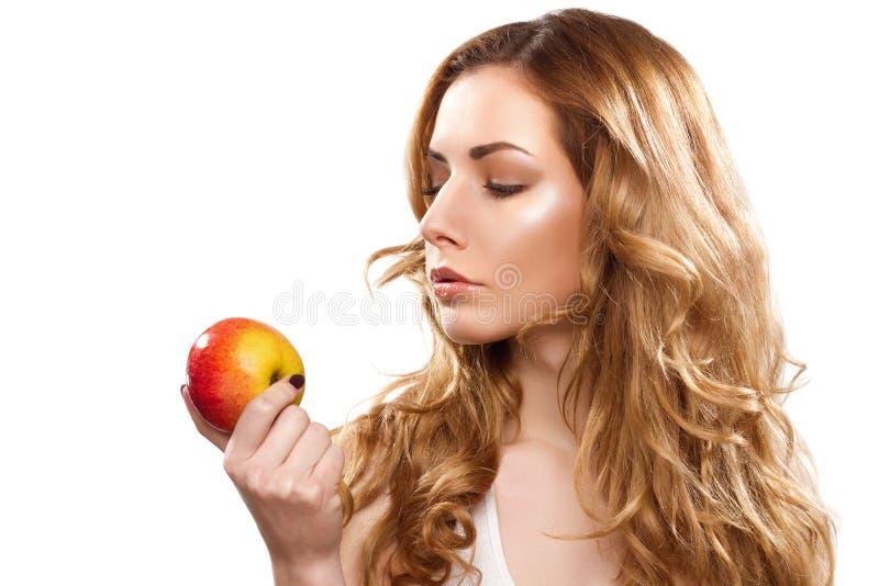 Retrato de una mujer hermosa joven con la manzana foto de archivo libre de regalías