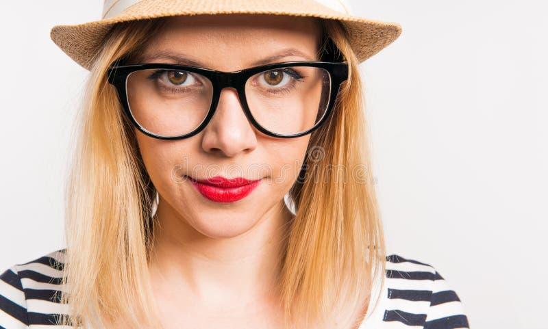 Retrato de una mujer hermosa joven con un sombrero en estudio Cierre para arriba fotos de archivo libres de regalías