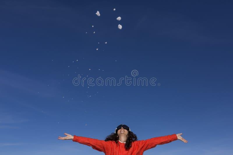 Retrato de una mujer hermosa joven en la montaña que juega con nieve tiempo soleado Ropa caliente que lleva lifestyle fotos de archivo