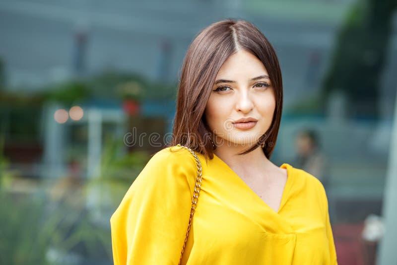 Retrato de una mujer hermosa joven en ropa amarilla Concepto de forma de vida, de negocio, de belleza y de moda imagen de archivo