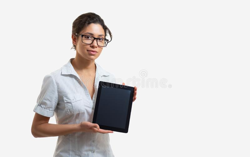 Retrato de una mujer hermosa joven en vidrios con una tableta foto de archivo libre de regalías