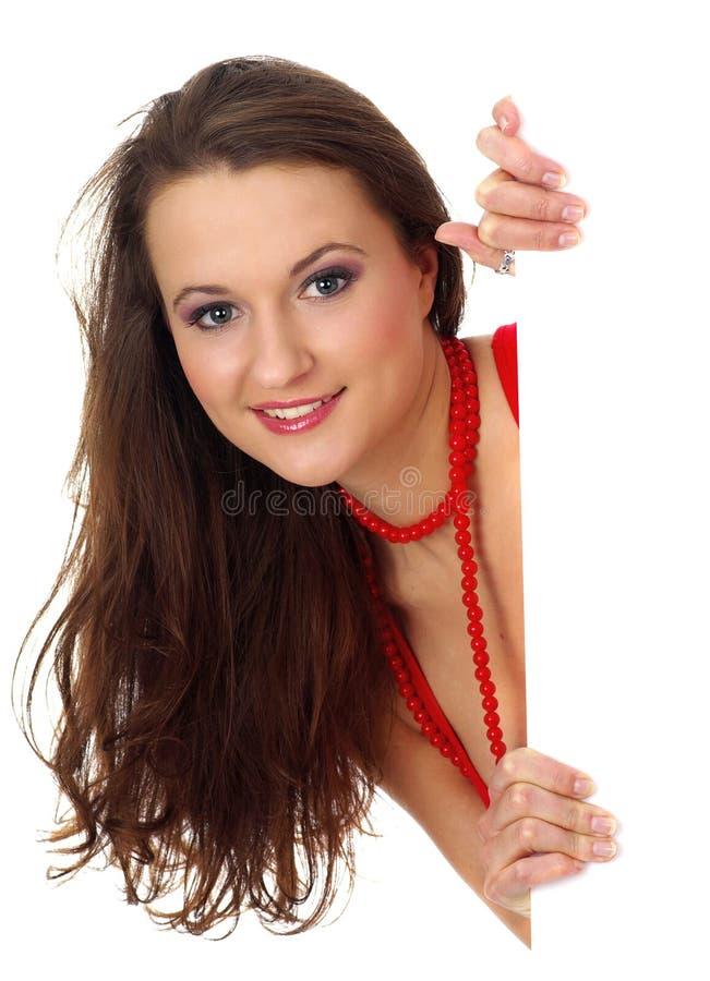 Retrato de una mujer hermosa que lleva a cabo una cuenta en blanco foto de archivo