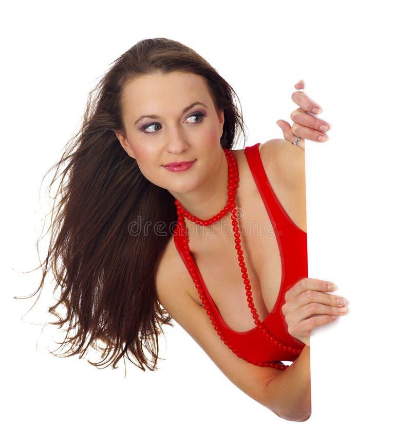 Retrato de una mujer hermosa que lleva a cabo una cuenta en blanco imagen de archivo