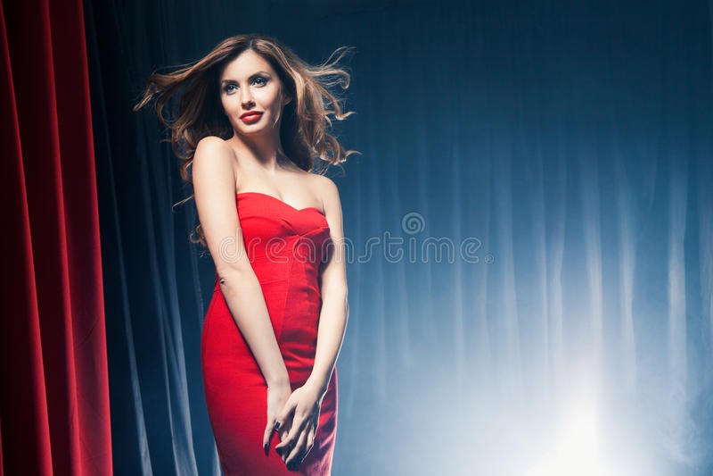 Mujer hermosa que presenta delante de las escenas fotografía de archivo libre de regalías