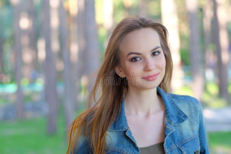 Retrato de una mujer hermosa que sonríe - al aire libre imágenes de archivo libres de regalías