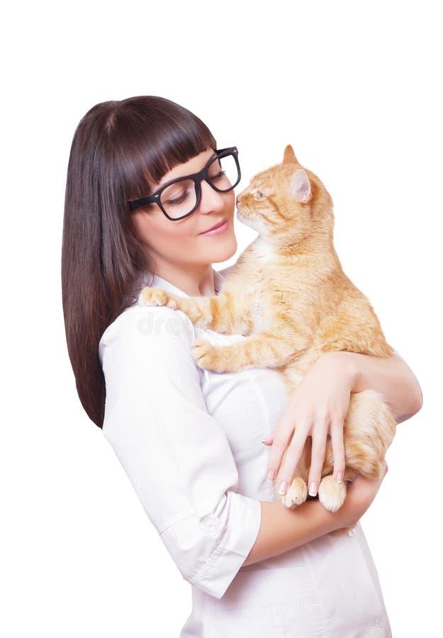 Retrato de una mujer hermosa que sostiene el gato rojo foto de archivo libre de regalías