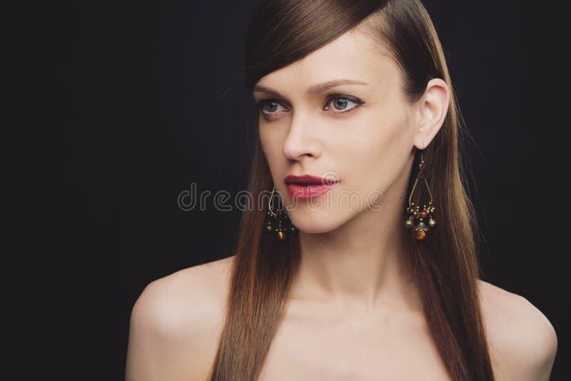 Retrato de una mujer hermosa usando joyas imagen de archivo libre de regalías