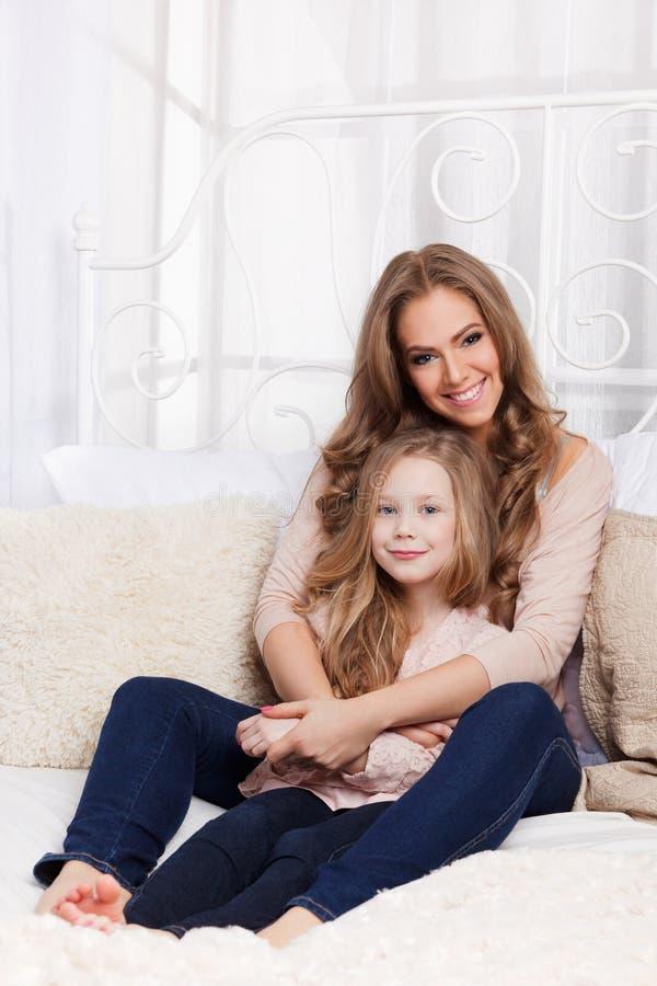 Retrato de una mujer hermosa y de un niño imagen de archivo