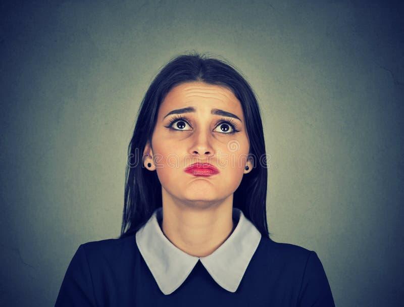 Retrato de una mujer joven aburrida enfadada imágenes de archivo libres de regalías