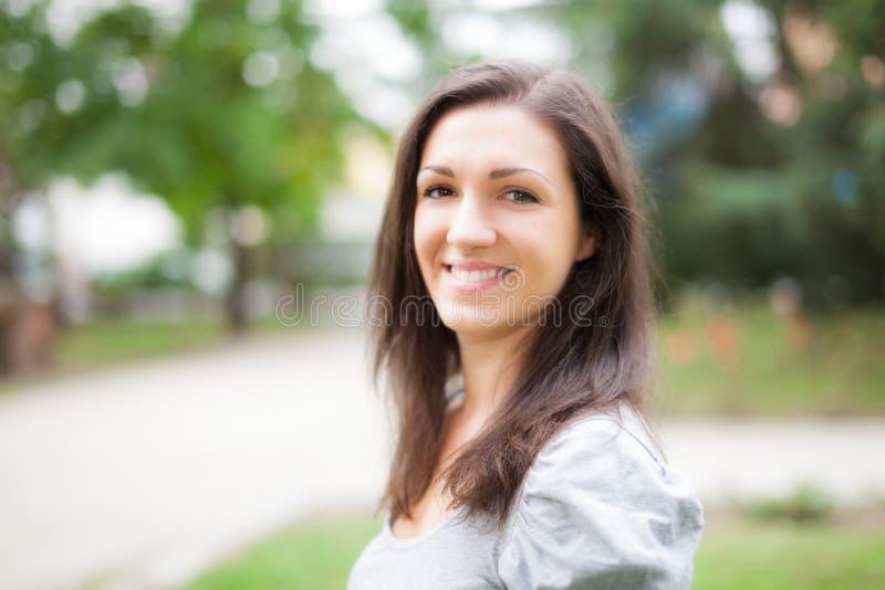 Retrato de una mujer joven al aire libre imagen de archivo