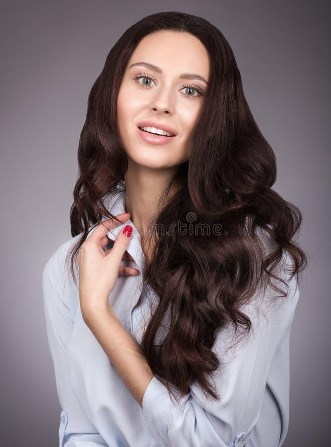 Retrato de una mujer joven con el pelo lujoso largo del pelo Maquillaje y sonrisa apacible imagenes de archivo