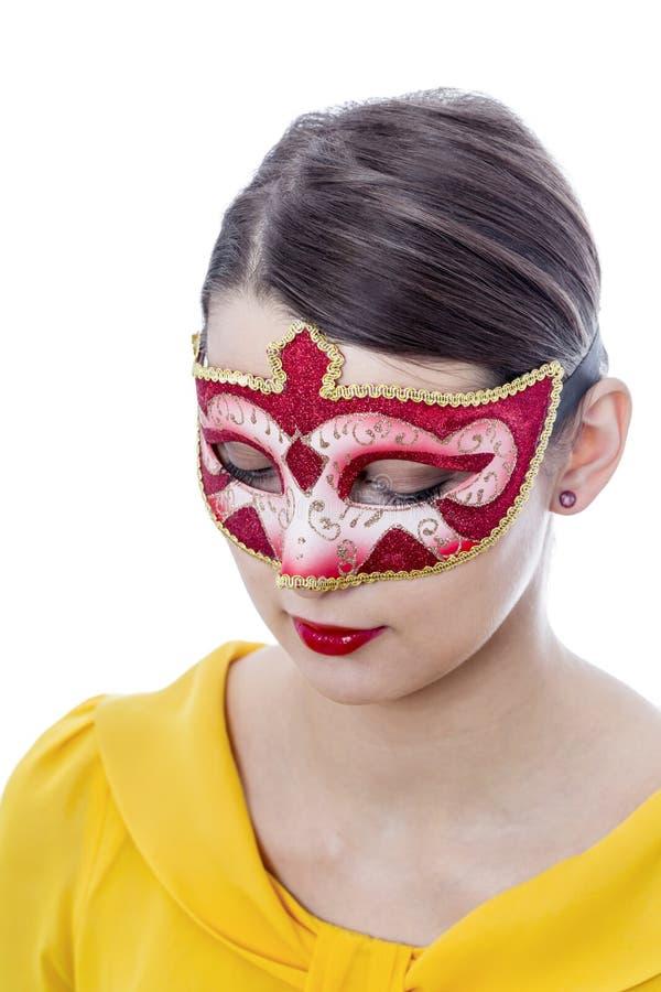 Retrato de una mujer joven con una máscara imagen de archivo