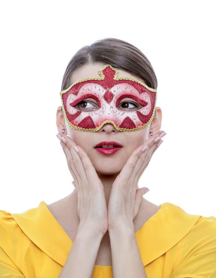 Retrato de una mujer joven con una máscara imagenes de archivo