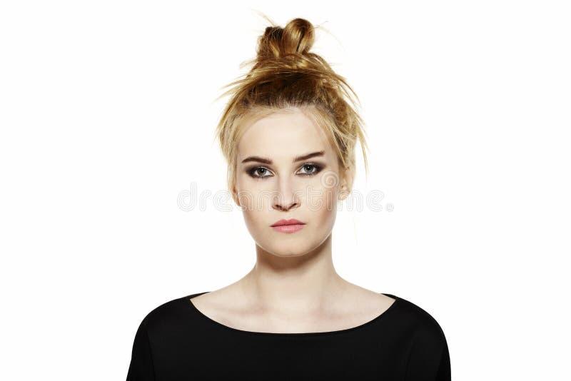 Download Retrato De Una Mujer Joven Con Maquillaje De La Tarde Foto de archivo - Imagen de desorden, humano: 44855020