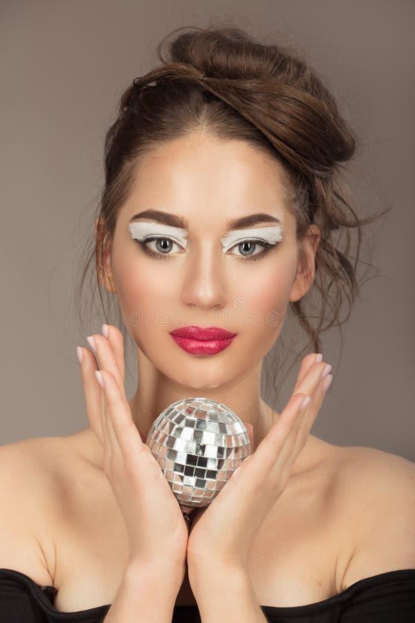 Retrato de una mujer joven con maquillaje y el peinado hermosos imagen de archivo libre de regalías
