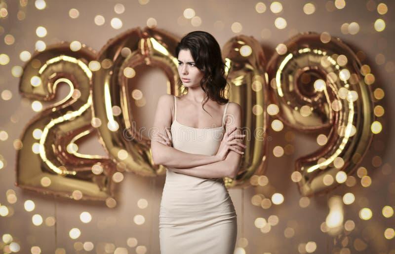 Retrato de una mujer joven en el vestido desnudo s bajo boke que se divierte con el globo del oro 2019 imagen de archivo libre de regalías