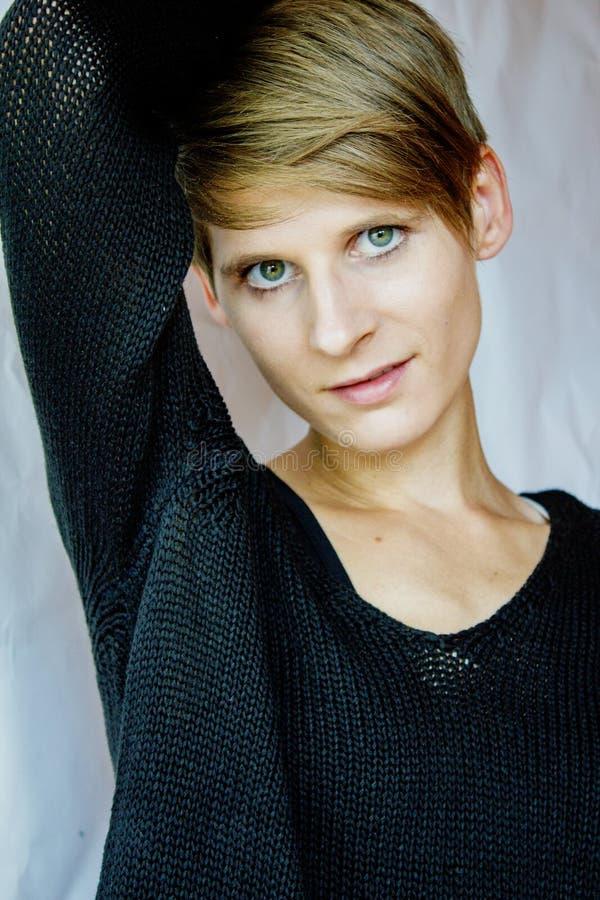 Retrato de una mujer joven en suéter negro fotografía de archivo libre de regalías