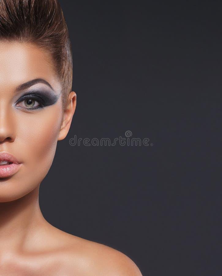 Retrato de una mujer joven en un maquillaje hermoso fotografía de archivo libre de regalías
