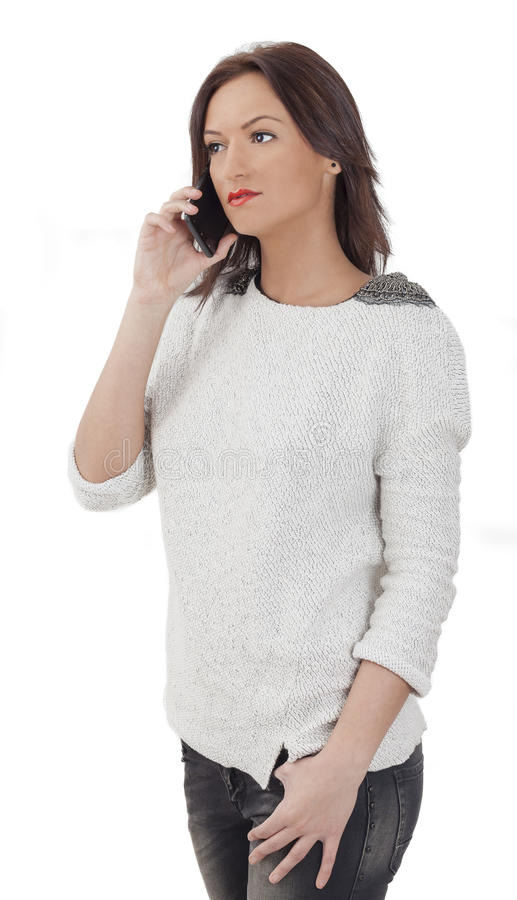 Retrato de una mujer joven en un teléfono móvil imagen de archivo